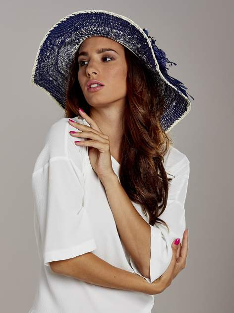 Granatowy kapelusz słomiany z dużym rondem i kwiatem