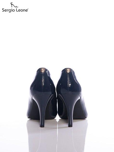 Granatowy lakierowane szpilki Sergio Leone z przypinką na tyle cholewki                              zdj.                              3