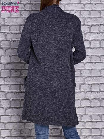 Granatowy melanżowy sweter z kaskadowym dekoltem                                  zdj.                                  3