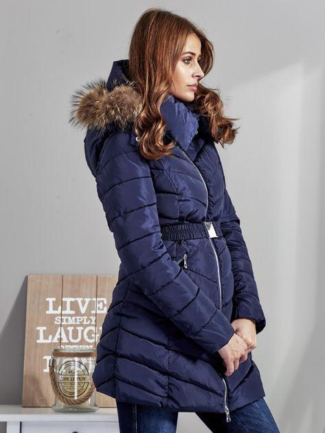 Granatowy pikowany płaszcz damski z futrzanym kołnierzem                              zdj.                              5