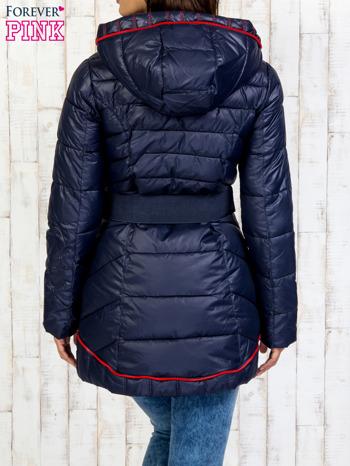 Granatowy płaszcz z paskiem i kolorowymi suwakami                                  zdj.                                  2