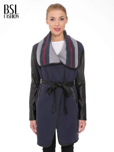 Granatowy płaszcz ze skórzanymi rękawami i paskiem                                  zdj.                                  1