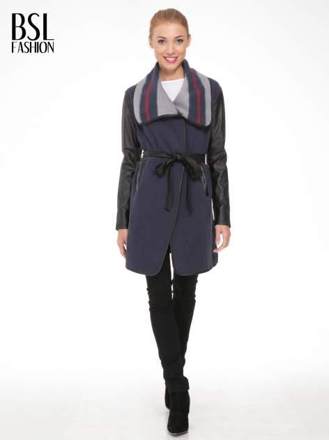 Granatowy płaszcz ze skórzanymi rękawami i paskiem                                  zdj.                                  2