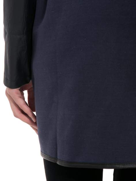 Granatowy płaszcz ze skórzanymi rękawami i paskiem                                  zdj.                                  8