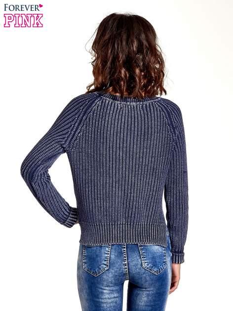 Granatowy sweter cropped z rozporkami                                  zdj.                                  4
