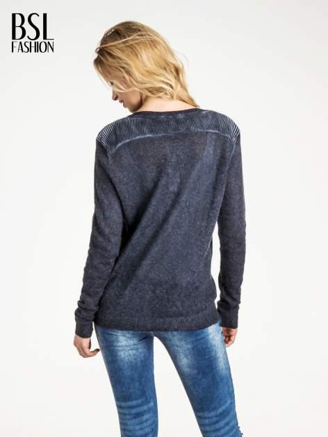 Granatowy sweter na guziki z włochatej dzianiny                                  zdj.                                  3