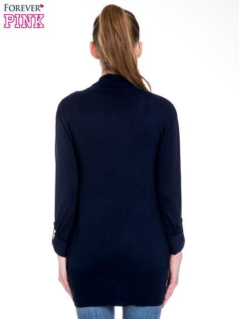 Granatowy sweter narzutka z wywijanymi rękawami                                  zdj.                                  4