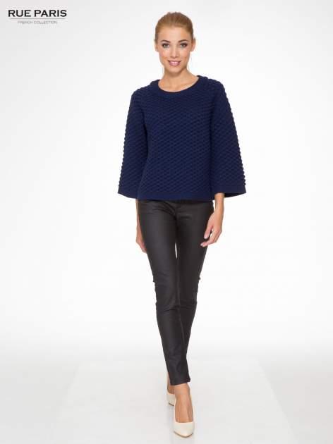 Granatowy sweter o bąbelkowej fakturze                                  zdj.                                  2