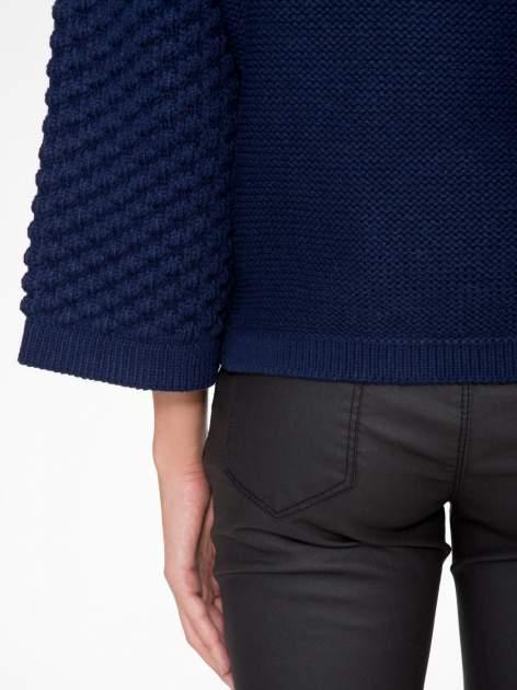 Granatowy sweter o bąbelkowej fakturze                                  zdj.                                  8