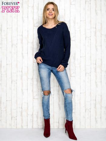 Granatowy sweter w dzianinowy wzór                              zdj.                              2