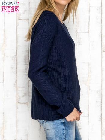 Granatowy sweter w dzianinowy wzór                              zdj.                              3