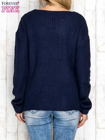 Granatowy sweter w dzianinowy wzór                              zdj.                              4