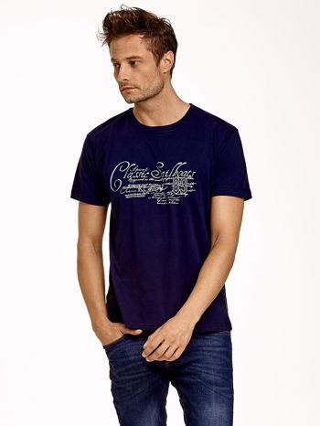 Granatowy t-shirt męski z napisami i liczbą 83                                  zdj.                                  2