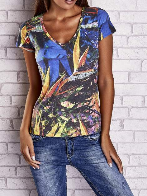 Granatowy t-shirt z egzotycznym motywem roślinnym