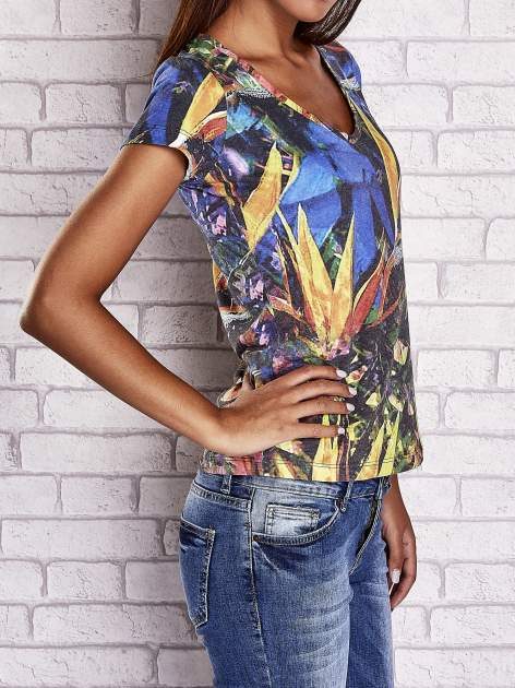 Granatowy t-shirt z egzotycznym motywem roślinnym                                  zdj.                                  3