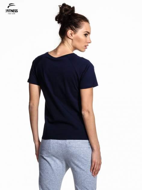 Granatowy t-shirt z kwiatowym numerem 25                                  zdj.                                  3