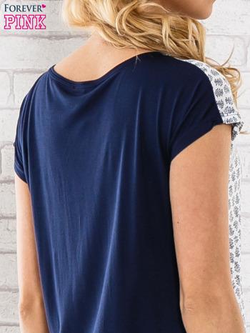 Granatowy t-shirt z motywem kwiatowym i dłuższym tyłem                                  zdj.                                  6