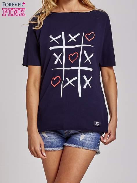 Granatowy t-shirt z motywem serce i krzyżyk