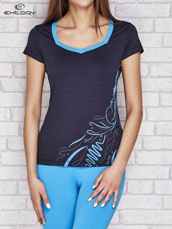 Granatowy t-shirt z nadrukiem i kieszonką                              zdj.                              1