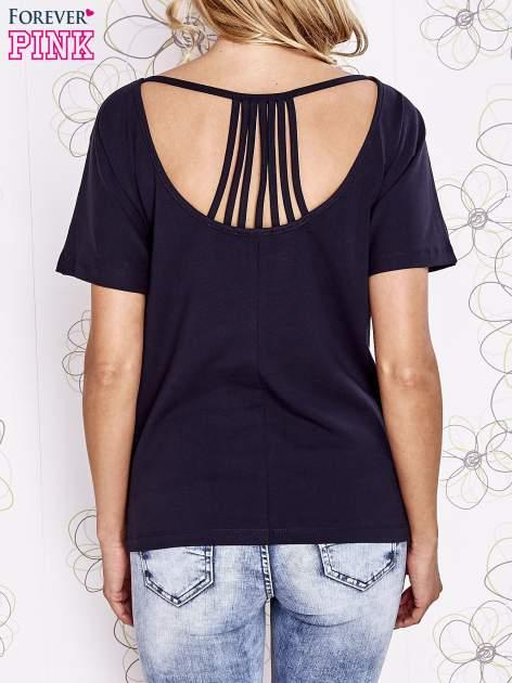 Granatowy t-shirt z napisem JE T'AIME i dekoltem na plecach                                  zdj.                                  4
