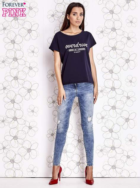 Granatowy t-shirt z napisem NEED IT LOUDER                                  zdj.                                  2