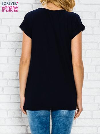 Granatowy t-shirt z napisem STYLE z dżetami                                  zdj.                                  4