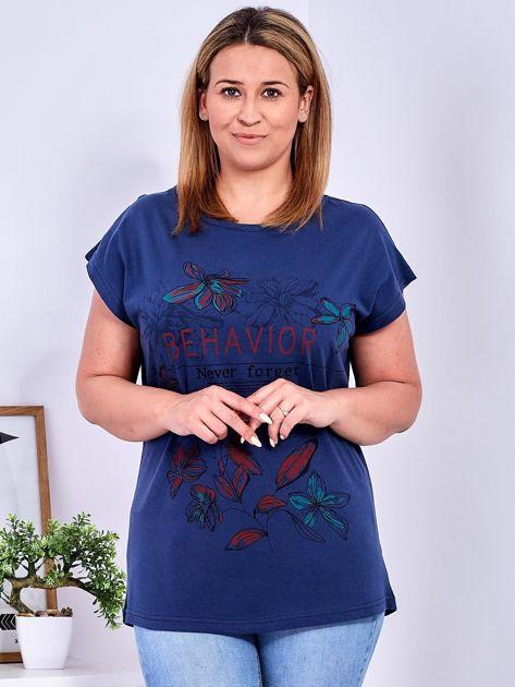 Granatowy t-shirt z napisem i motywem roślinnym PLUS SIZE                              zdj.                              1