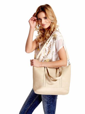 Jasnobeżowa fakturowana torebka damska ze złotymi okuciami