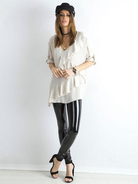 Jasnobeżowa luźna bluzka z asymetryczną falbaną                              zdj.                              4