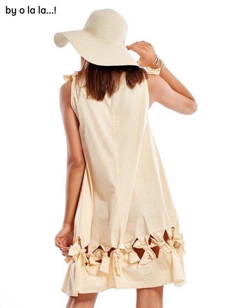 Jasnobeżowa sukienka z kokardkami BY O LA LA                               zdj.                              2