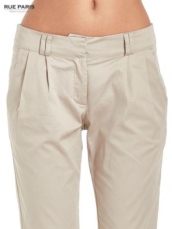Jasnobeżowe spodnie cygaretki z zakładkami                                  zdj.                                  6