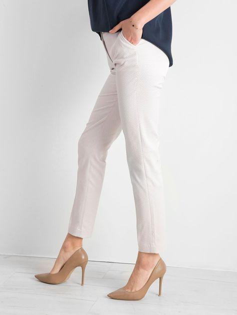 Jasnobeżowe spodnie damskie o prostym kroju                              zdj.                              3