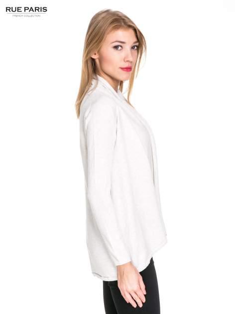 Jasnobeżowy otwarty sweter narzutka z dłuższym tyłem                                  zdj.                                  3