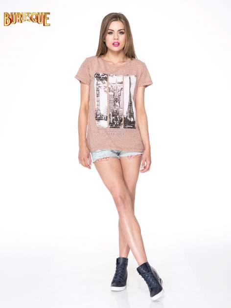 Jasnobordowy t-shirt z fotografiami miast                                  zdj.                                  2