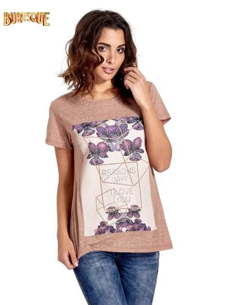 Jasnobordowy t-shirt z kwiatowym nadrukiem zdobionym dżetami                                  zdj.                                  1