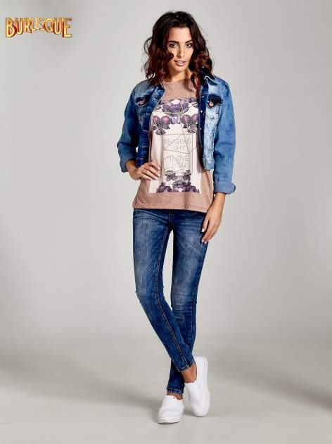 Jasnobordowy t-shirt z kwiatowym nadrukiem zdobionym dżetami                                  zdj.                                  2
