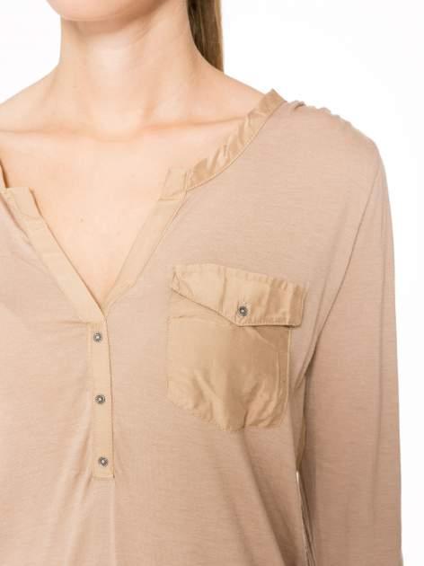 Jasnobrązowa bluzka z atłasowym obszyciem przy dekolcie i kieszonką                                  zdj.                                  5
