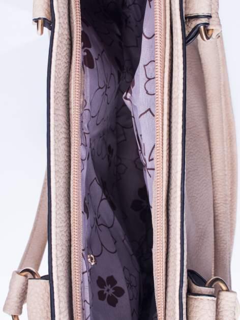 Jasnobrązowa fakturowana torebka z klamerkami                                  zdj.                                  4