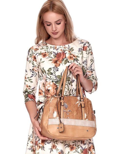 Jasnobrązowa owalna torebka z karbowaną wstawką w kwiaty                              zdj.                              3