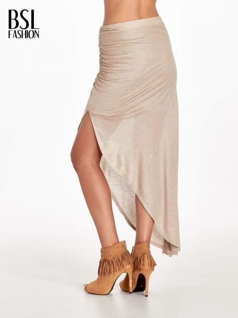 Jasnobrązowa spódnica maxi z drapowaniem i rozporkiem z boku                                   zdj.                                  4