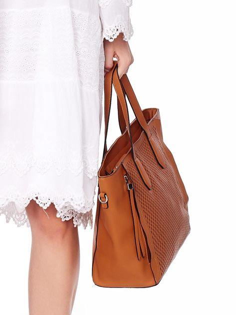 Jasnobrązowa torba shopper z ażurowaniem i odpinanym paskiem                              zdj.                              7