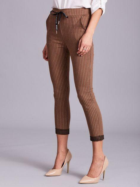 Jasnobrązowe damskie spodnie w paski                              zdj.                              5