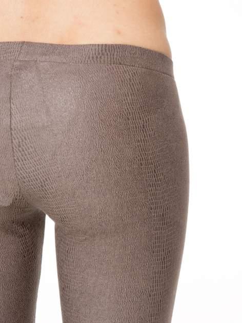 Jasnobrązowe legginsy z efektem skóry krokodyla                                  zdj.                                  6