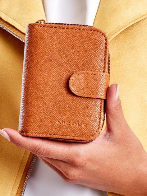 Jasnobrązowy portfel z ekoskóry z klapką