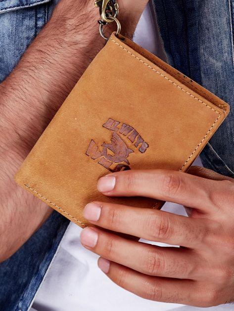 Jasnobrązowy skórzany portfel męski z przywieszką                              zdj.                              1