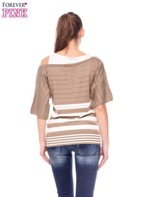 Jasnobrązowy sweter w paski z szerokim dekoltem                                  zdj.                                  4
