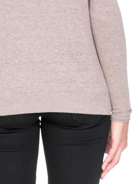 Jasnobrązowy sweterek kardigan o kaskadowym fasonie                                  zdj.                                  7