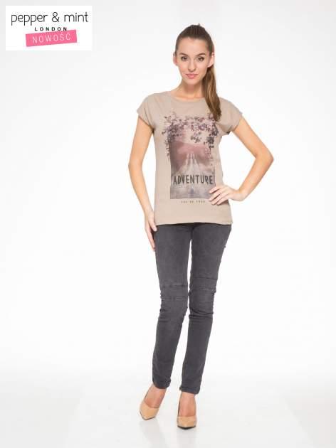 Jasnobrązowy t-shirt z fotografią drogi i napisem ADVENTURE                                  zdj.                                  5