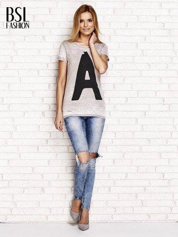 Jasnobrązowy t-shirt z literą A                              zdj.                              4