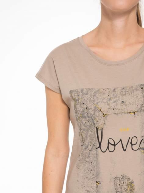 Jasnobrązowy t-shirt z napisem SHE LOVED                                  zdj.                                  6